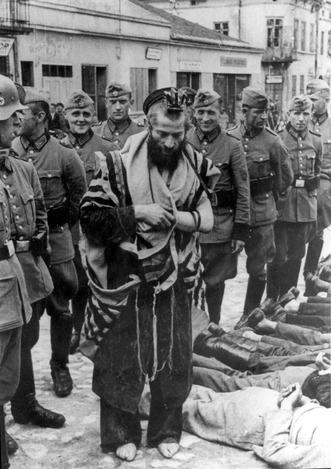 משה בן יצחק הגרמן יחף ומושפל על ידי שוטרים גרמניים | קרדיט: ויקיפדיה