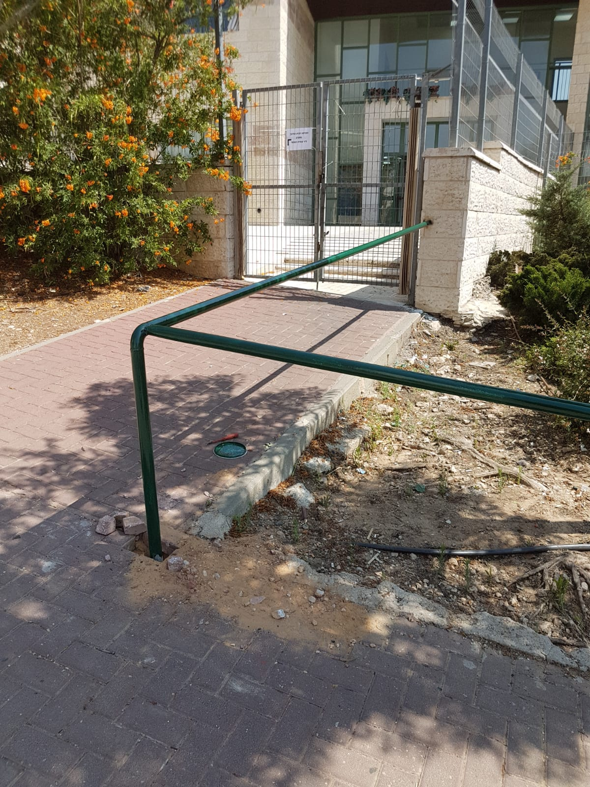 עובדי העירייה התקינו מעקה מיוחד ברחוב לילדה בעלת מוגבלות