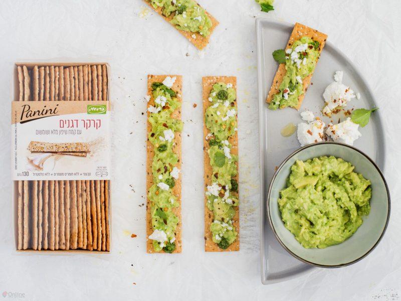 חברת כרמית חולקת מתכון קרקר דגנים עם אבוקדו פסטו ארוגולה וגבינת עזים צילום גלי איתן (2) (Custom)