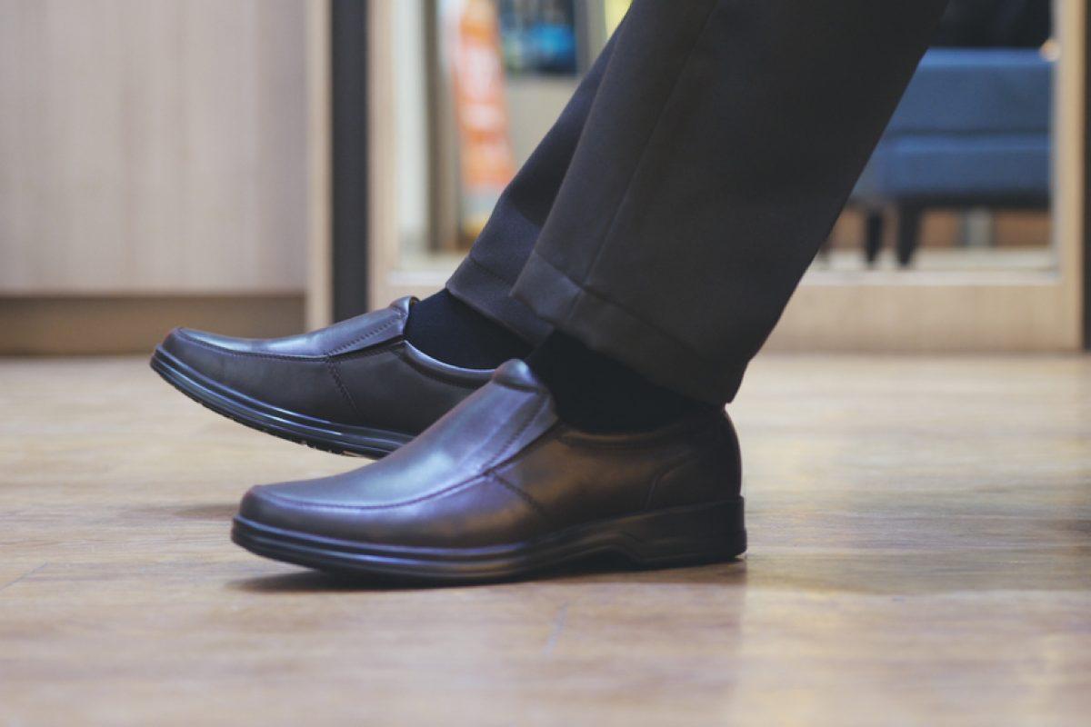 נעלי גברים. ילדים. בנים. צבע שחור. נעלי חנות