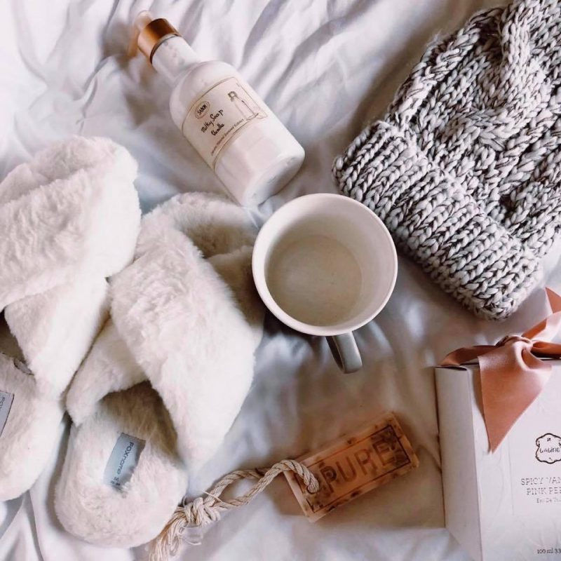 בושם: Laline Israel ללין סבון חלב: SABON סבון מוצק,כפכפי בית,ספל וכובע: Foxhome