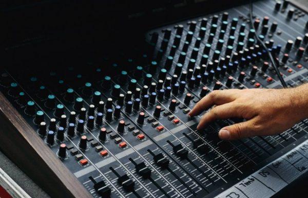 אוֹרָה וְשִׂמְחָה: נכנסים לאווירת פורים עם מוזיקה אונליין